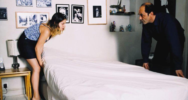 Laura wirbelt Staub auf Une femme de ménage
